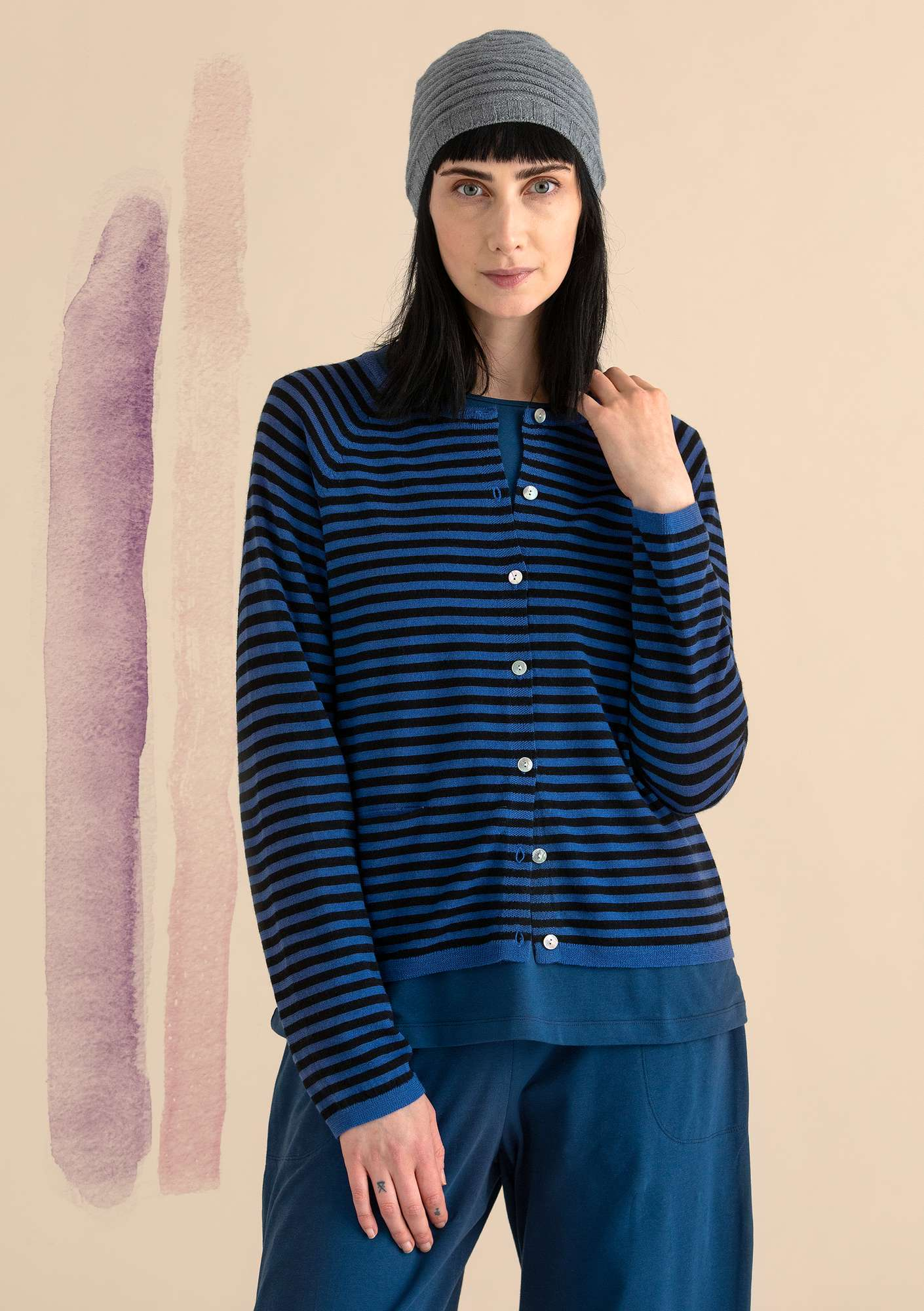 Brilliant cardigan in organic wool porcelain blue/black