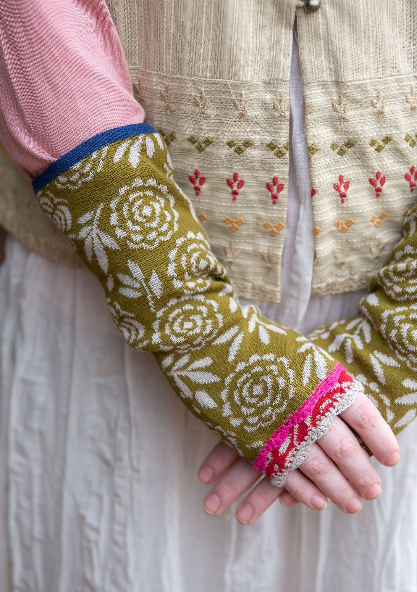 """Blomstermåla"" fingerless gloves in eco-cotton dark olive"
