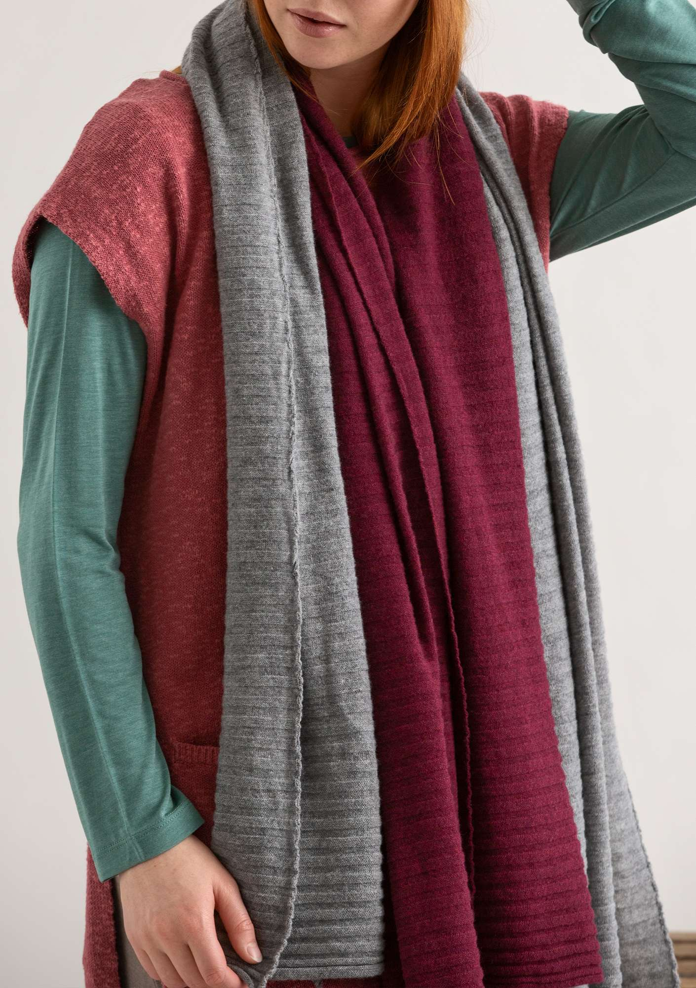 Pleated scarf in recycled cashmere blend yarn burgundy