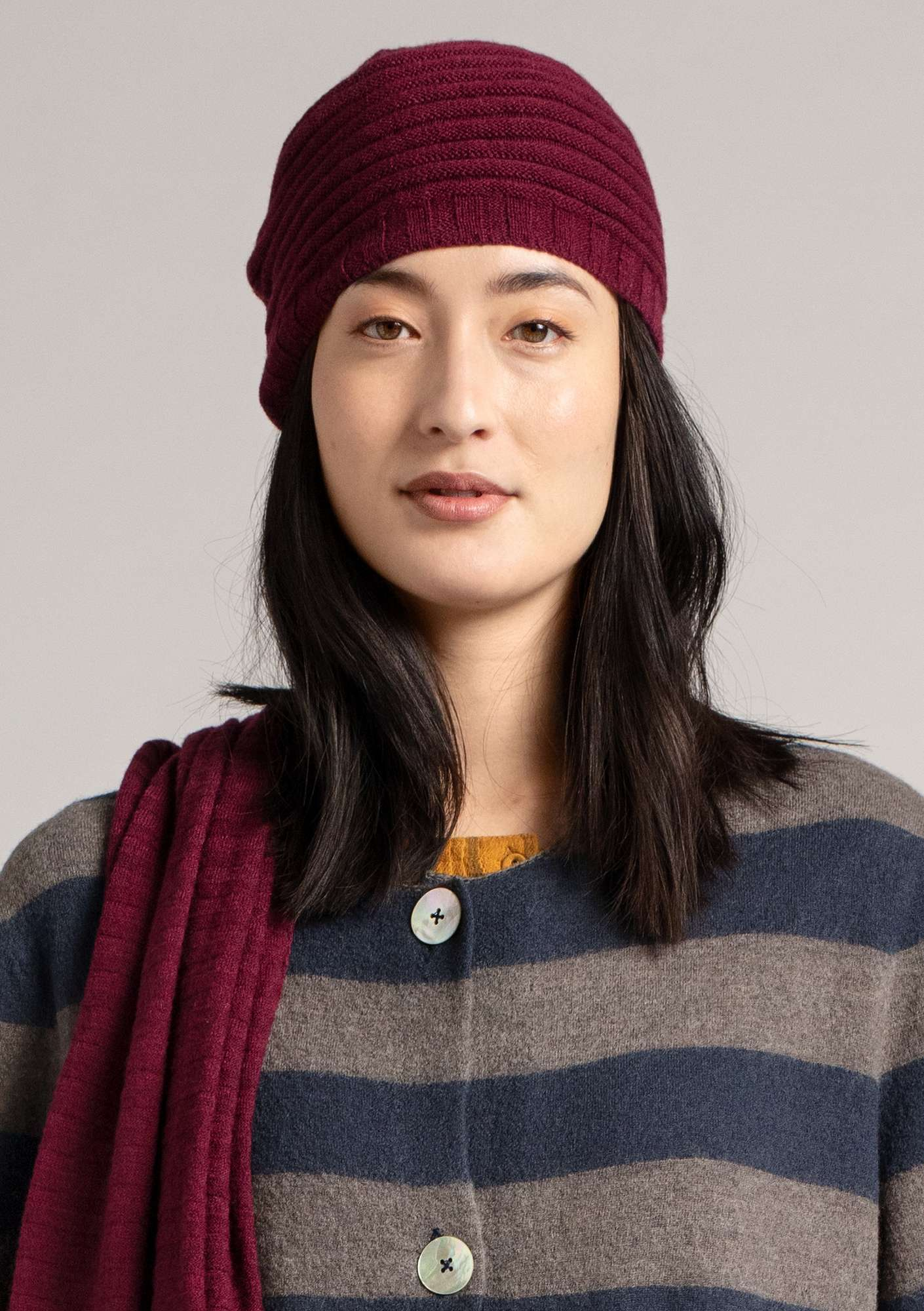 Pleated hat in a recycled cashmere blend burgundy