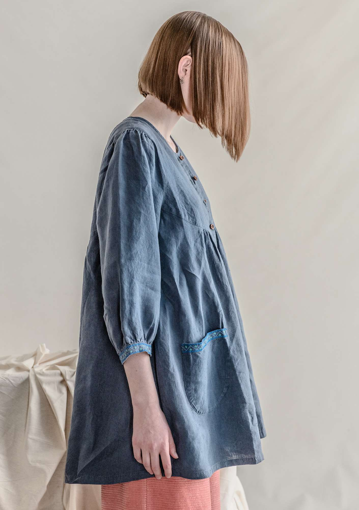 Artist's blouse in linen muted blue
