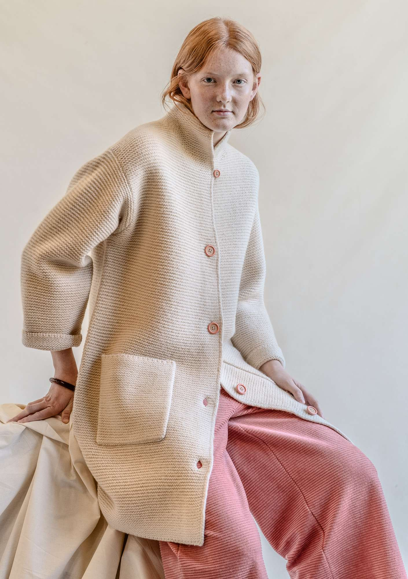 13569b32 Strikket kåpe i tovet ull | Gudrun Sjödén