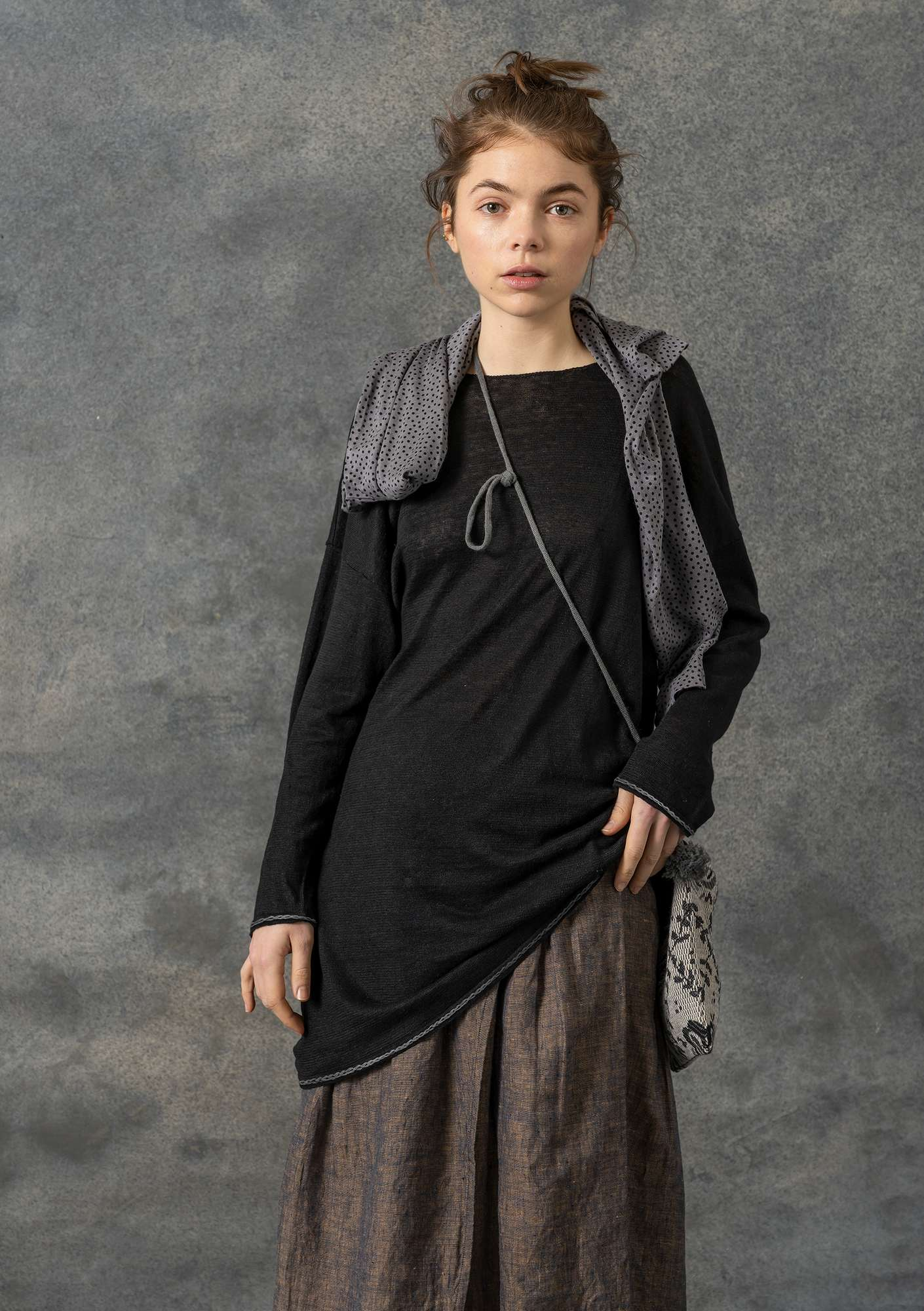 Knit tunic with embroidery in eco-linen black