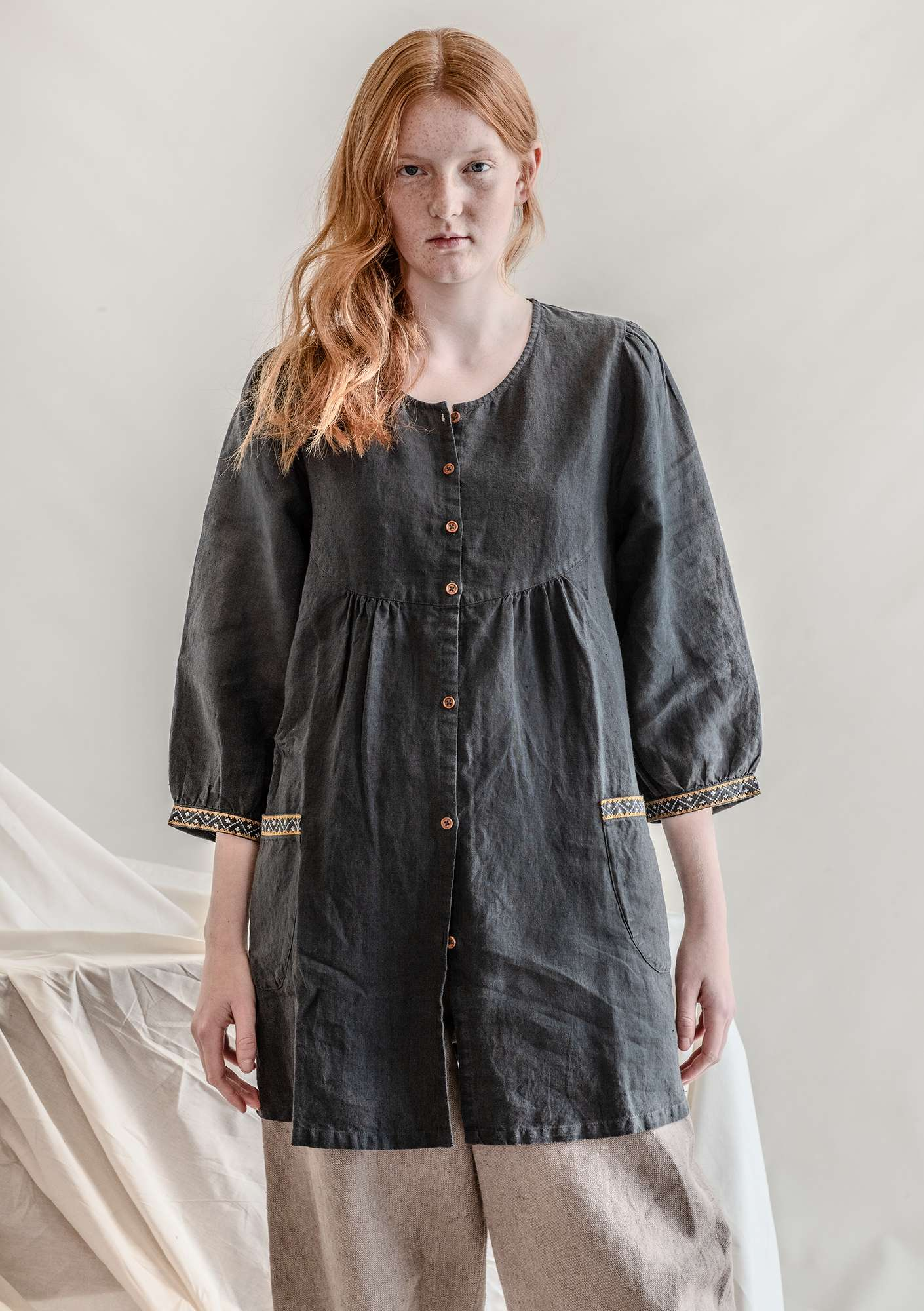Artist's blouse in linen ash gray