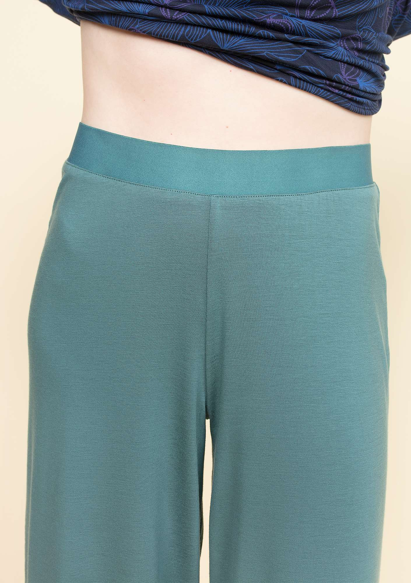 Trousers in lyocell/elastane tea tree