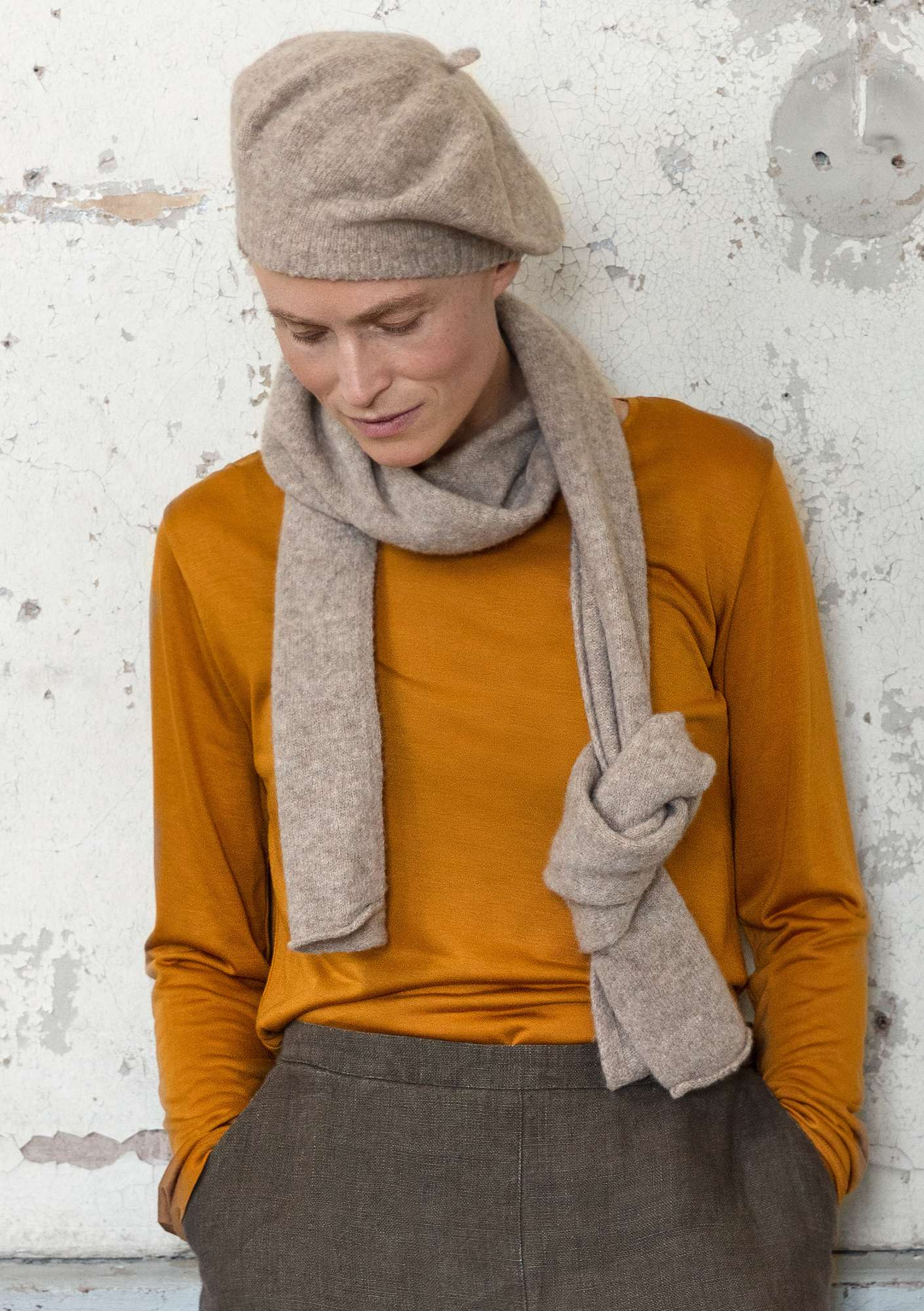 Solid-color scarf in a recycled cashmere blend putty