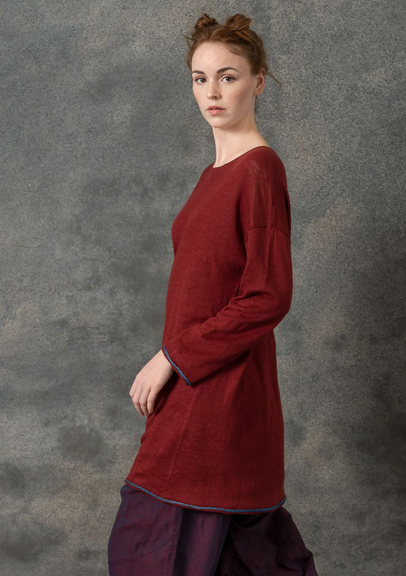 Knit tunic with embroidery in eco-linen agate red