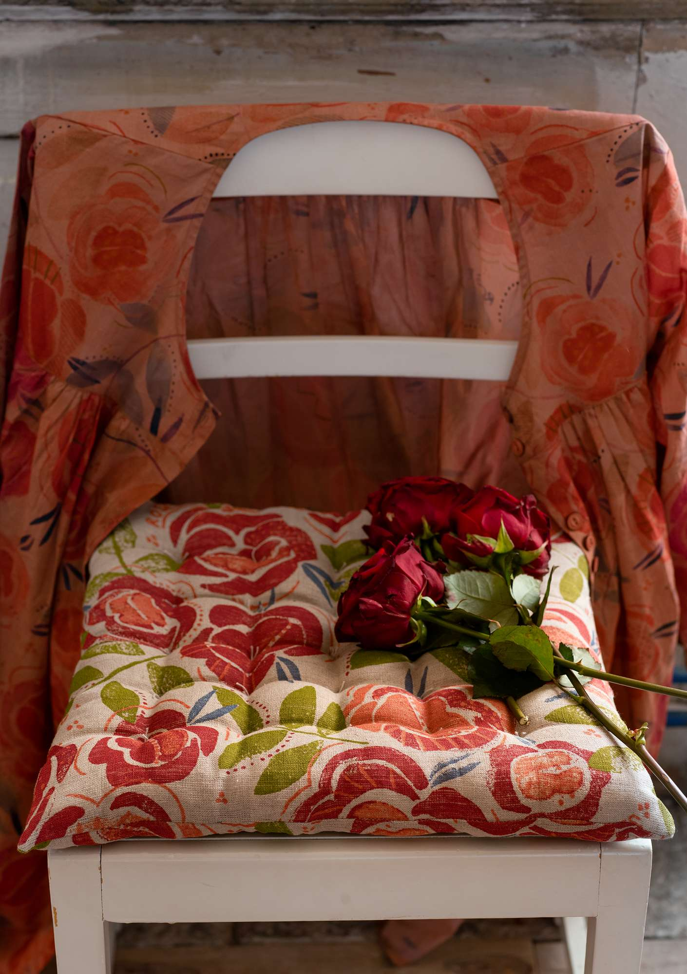 """Roses"" linen seat pad coral"