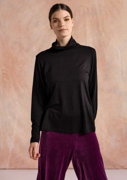 Solid-colored turtleneck black