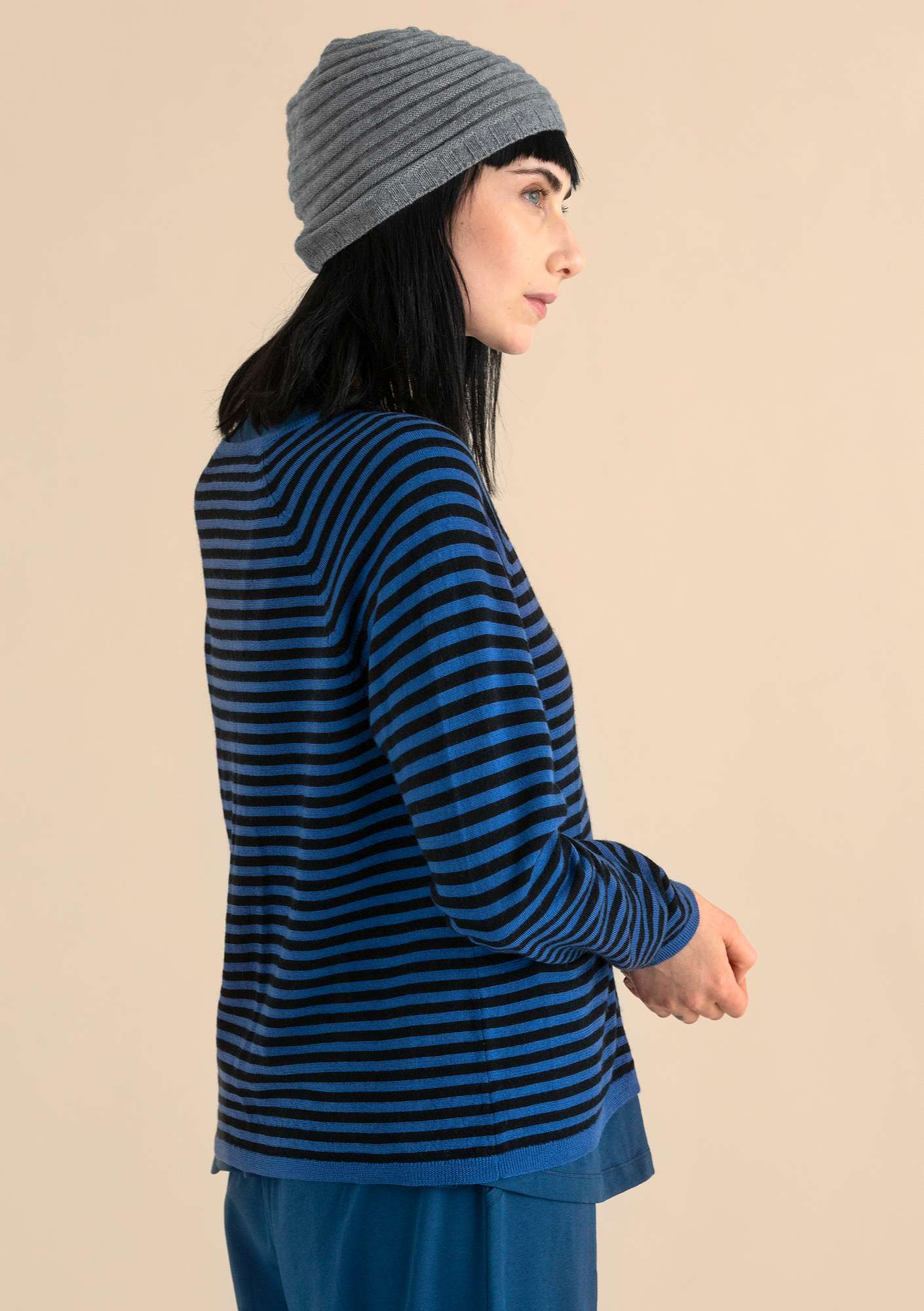 A crafty cardigan in organic wool porcelain blue/black