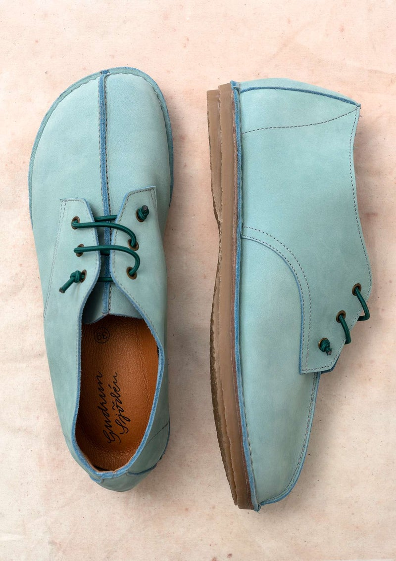 Walking shoe in nubuck jade