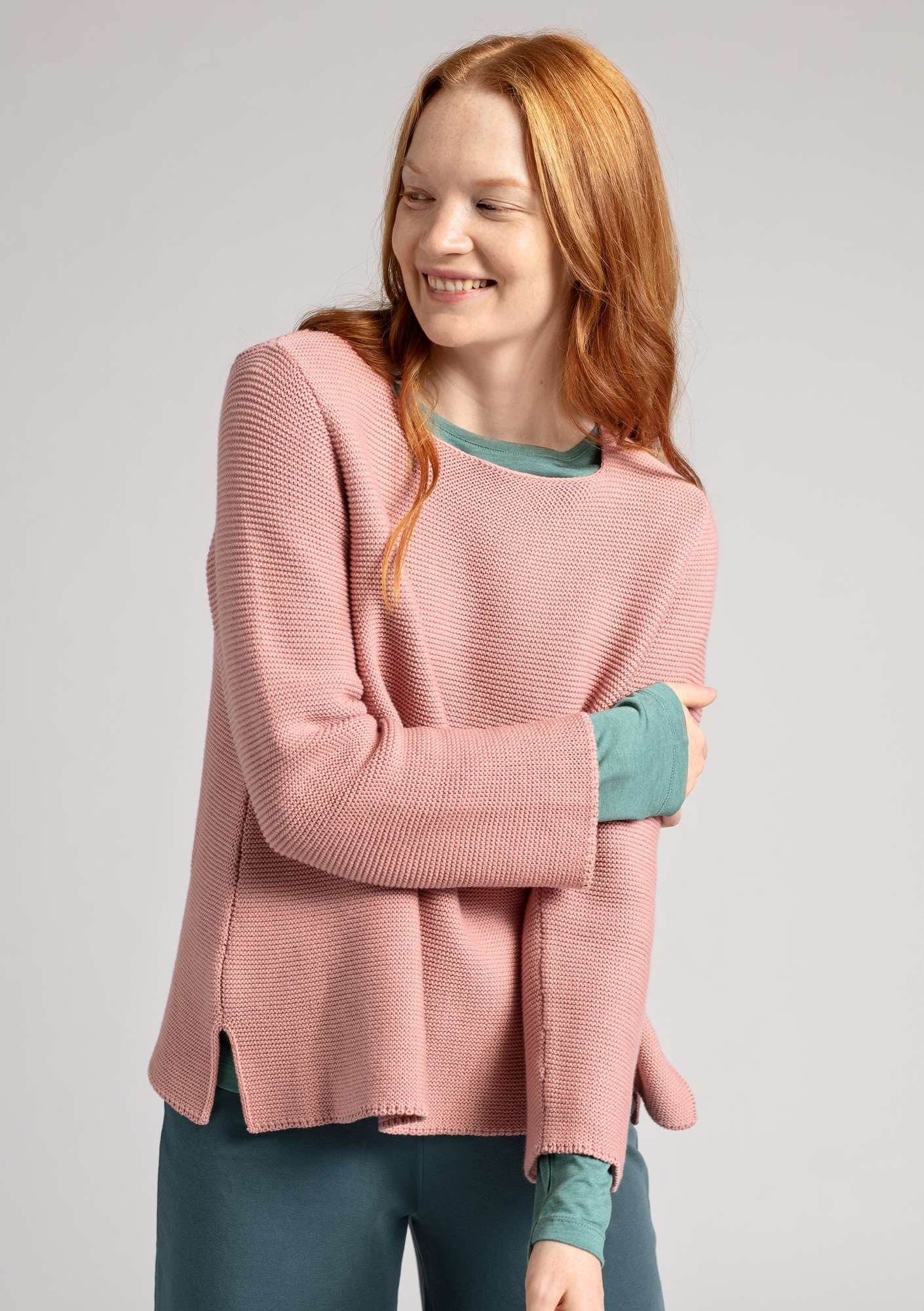 Pull au point mousse en écocoton rose estompé