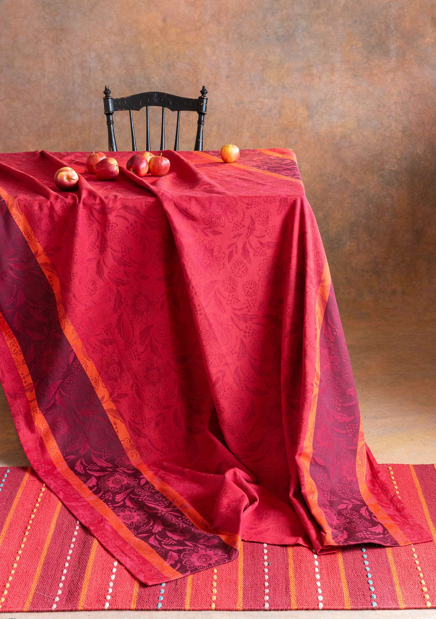Fjällsippa tablecloth cranberry
