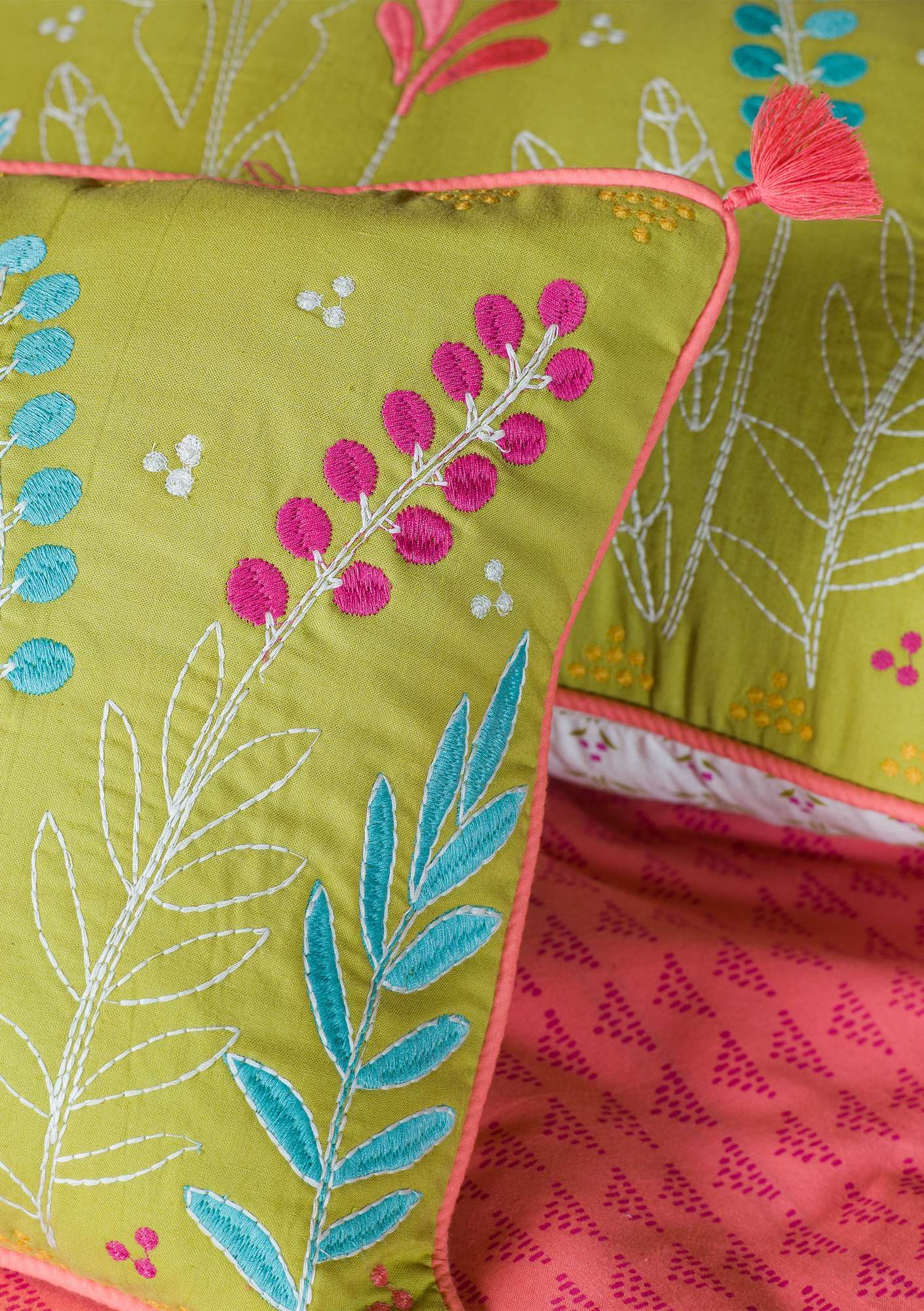 """Saga"" cotton cushion cover leaf green"