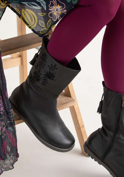 Artistic boot black